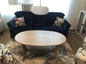 Svea en soffa från Above. Denna soffa finns med två olika bredder på sitsarna. Du kan få soffan med eller utan kappa.