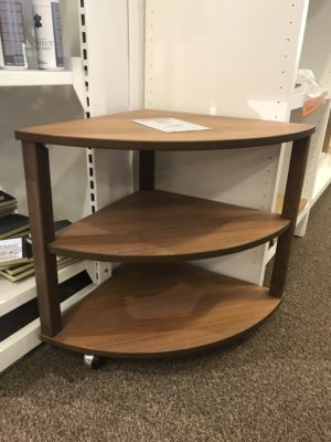 Fint svensktillverkat hörnbord från Bordbirger. Turin är ett bord som endast finns i valnöt. Hörnbordet är lätt att flytta på då det har hjul.
