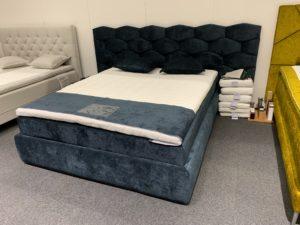 Gavel till säng med mönster av vaxkaka. Denna gavel heter just vaxkaka och görs av Ermatiko.